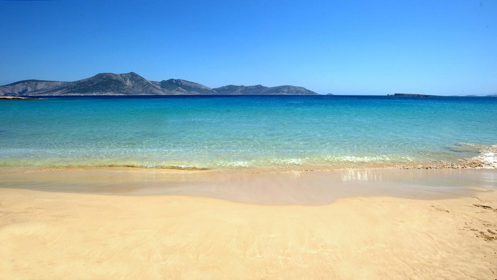 Beach at Upper (Pano) Koufonisi with Keros in the horizon - Photo by S. Lambadaridis