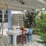 Thalassitra, courtyard, Milos