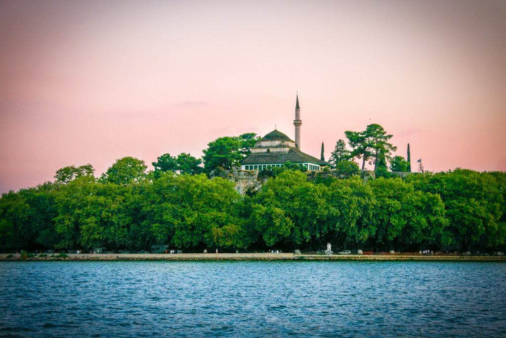 the-aslan-pasha-mosque-is-an-ottoman-built-mosque-in-the-city-of-ioannina-greece